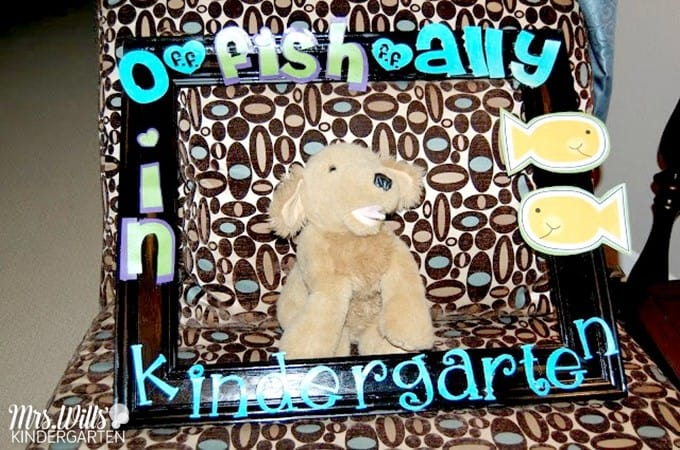 Photo frame and other back to school ideas for kindergarten! Learn how to make this welcome to kindergarten frame for your classroom.