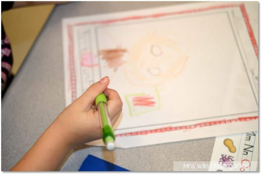The BEST kindergarten schedule to help you fit it all in! Academic and developmentally appropriate kindergarten activities that will keep your students engaged and learning!