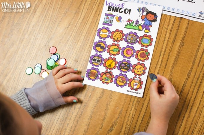 Kindergarten phonics games. Engaging phonics BINGO games to practice letter identification, sounds and phonics with your kindergarten students.